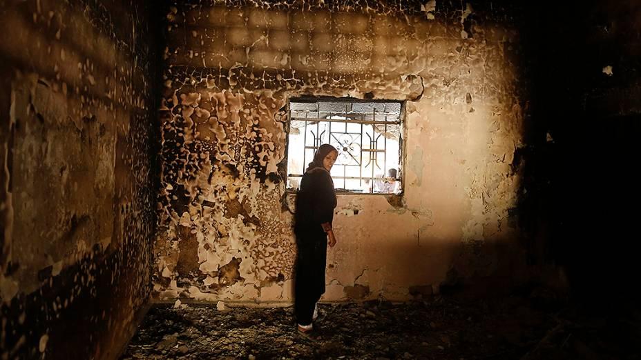 Palestina observa sua casa queimada após a ofensiva israelense sobre a Faixa de Gaza