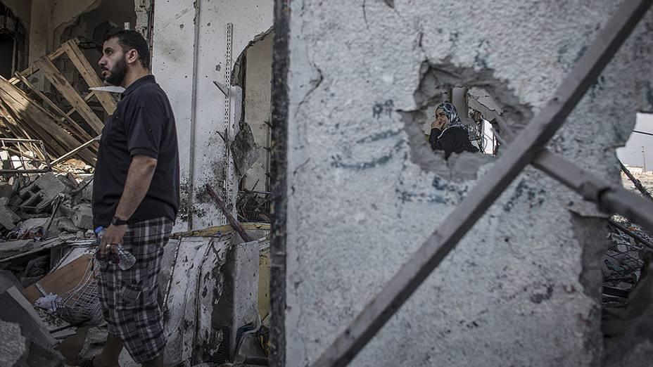 Palestino procura por pertences em sua casa destruída por um míssil isralenses, na Faixa de Gaza