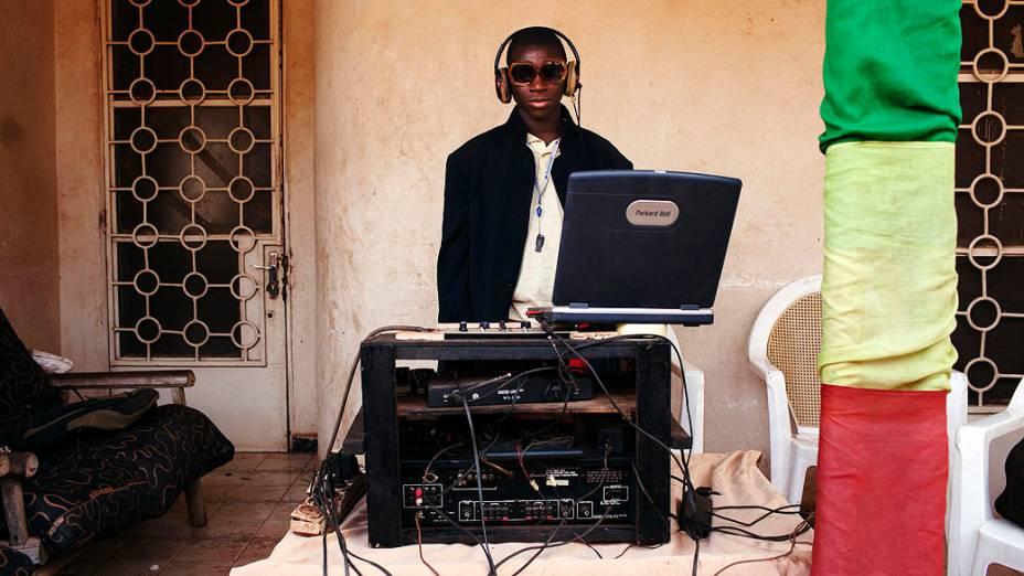 DJ Ibrahima posa para foto durante casamento na capital Bamako