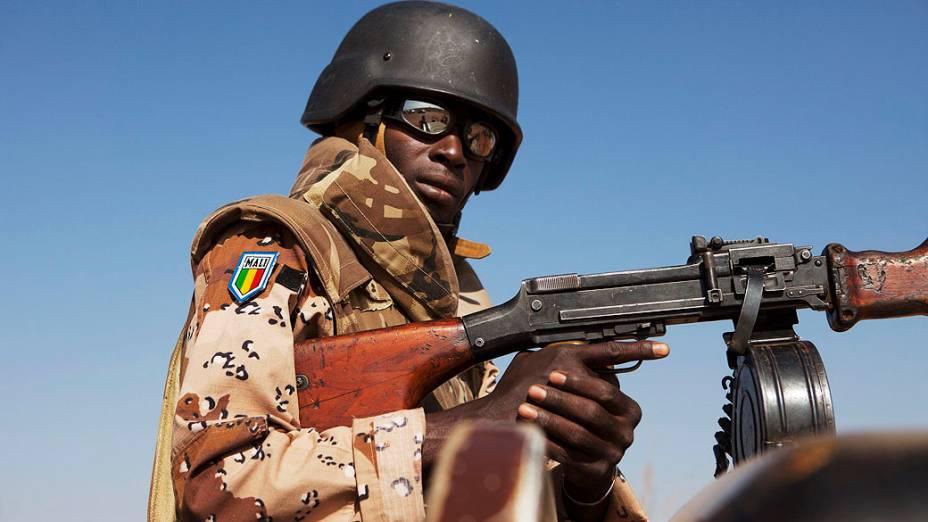 Soldado monta guarda durante visita do presidente do Mali a uma base aérea em Bamako