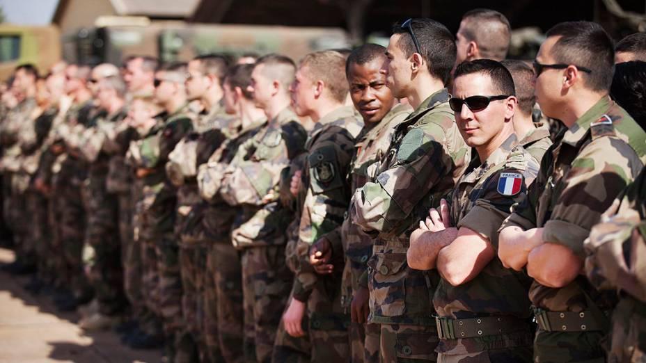 Soldados franceses recebem visita do presidente do Mali, Dioncounda Traoré, em uma base aérea de Bamako