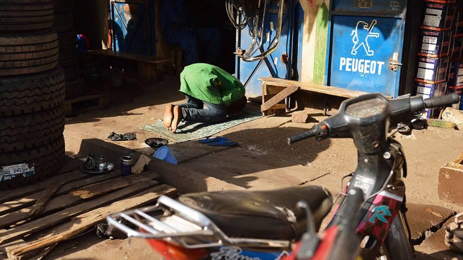 Trabalhador islâmico faz orações em Bamako, Mali