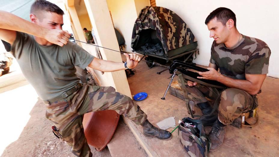 Soldados franceses limpam suas armas em base militar em Bamako, no Mali