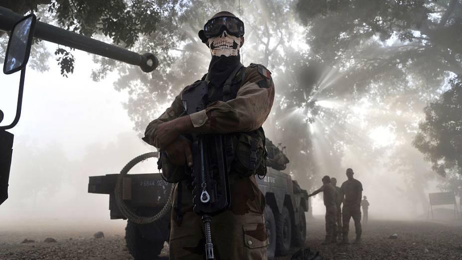 Soldado francês provoca controvérsia ao usar máscara de esqueleto em foto tirada na cidade de Niono