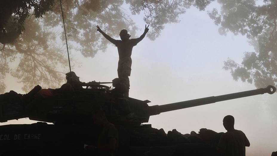 Soldados franceses em um tanque de guerra em uma rua de Niono, Mali