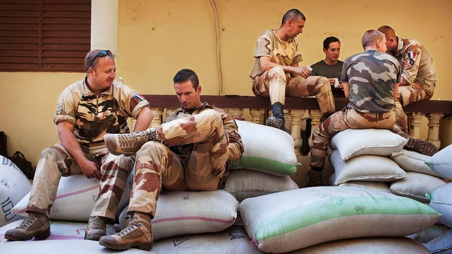 Soldados franceses conversam e jogam baralho em Niono, no Mali