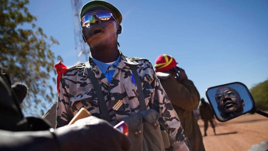Soldado verifica habilitação de motociclista em Diabaly, Mali