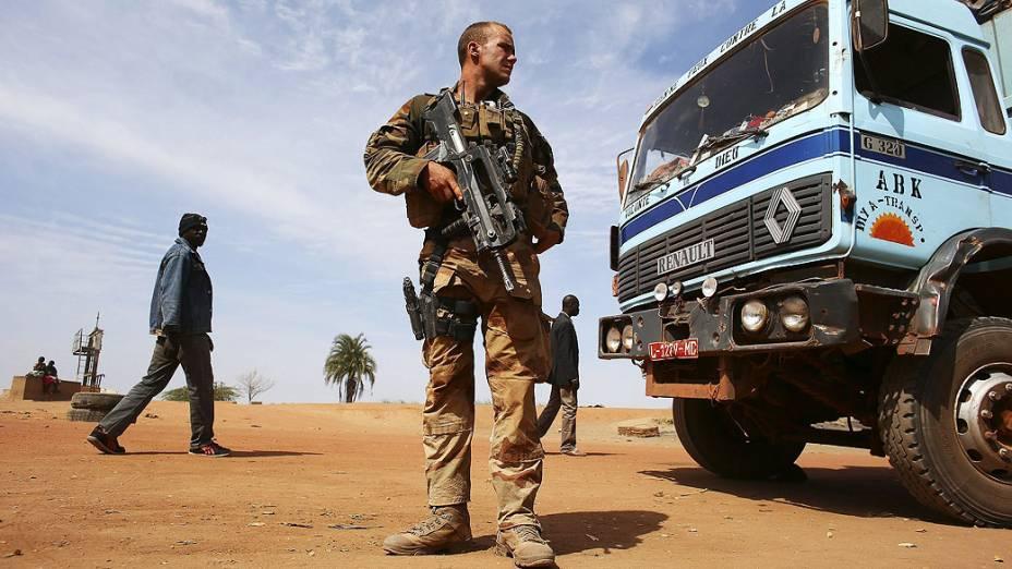 Soldados franceses patrulham a cidade de Diabaly, retomada após confronto contra rebeldes islâmicos