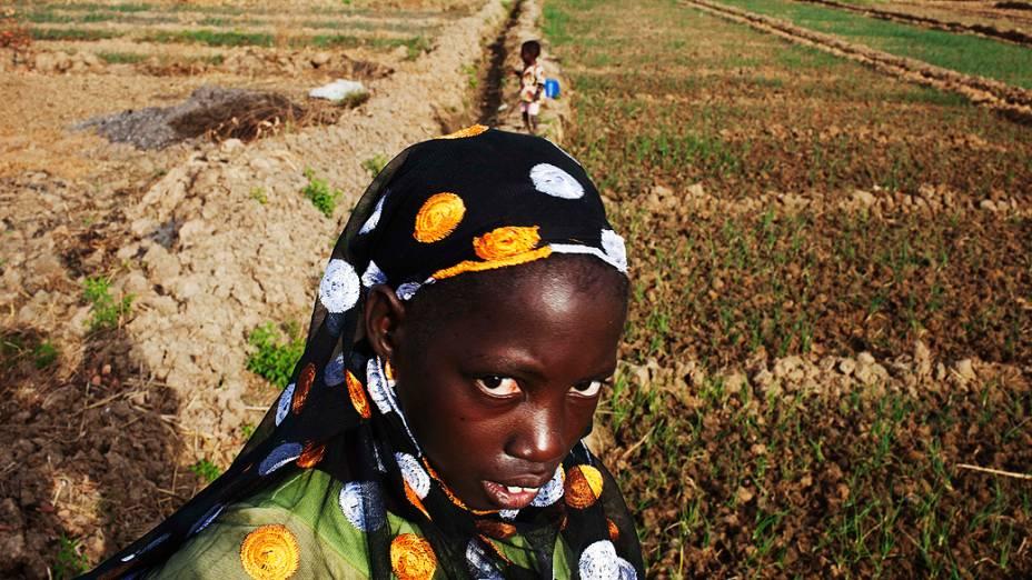 Agricultora é fotografada ao lado de plantação em fazenda de Heremakono, Mali