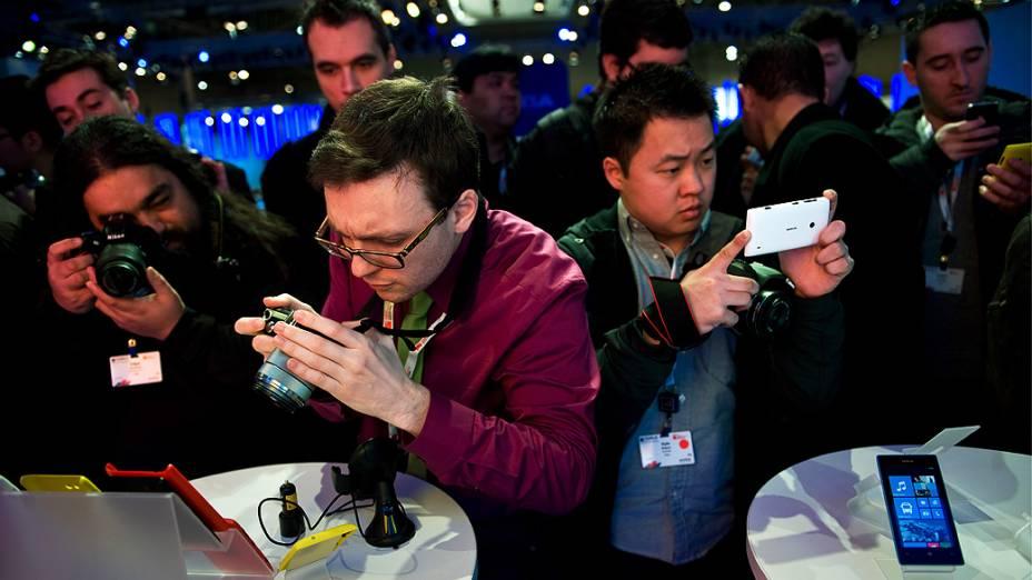 Visitantes tiram fotos de novo dispositivo durante Mobile World Congress 2013 em Barcelona, Espanha