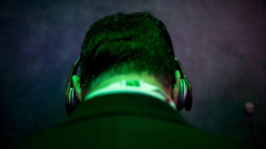 Visitante ouve música enquanto testa dispositivo HTC para sincronização no Mobile World Congress 2013 em Barcelona, Espanha