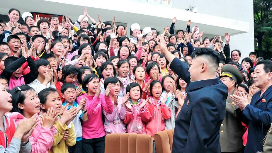 No mesmo dia do lançamento de um míssil norte-coreano, o ditador Kim Jong-un visitou uma escola neste domingo (19)