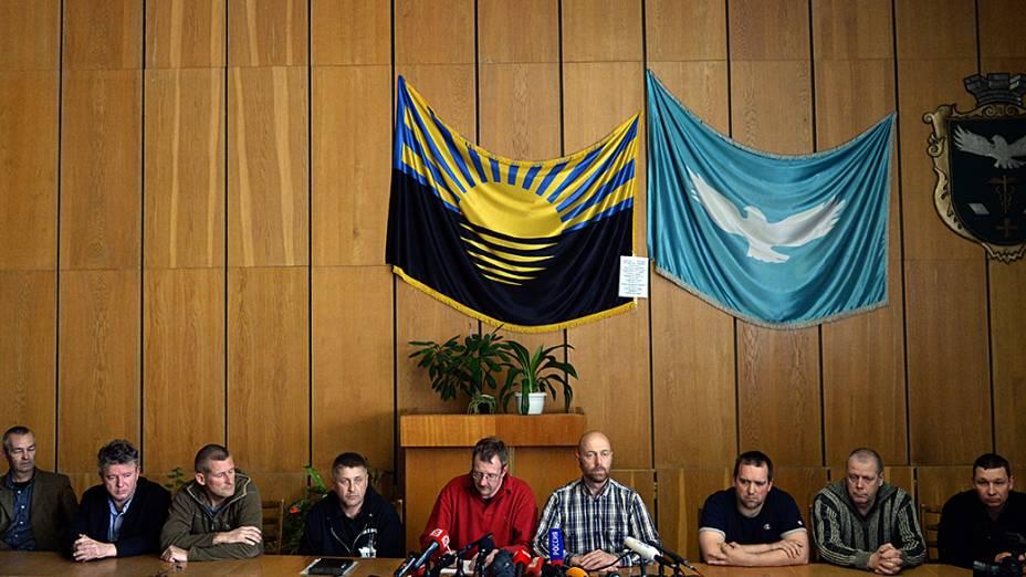 """Observadores da OSCE detidos desde sexta-feira (25), participam de uma coletiva de imprensa do líder separatista pró-Rússia e auto-proclamado """"prefeito do povo"""" na cidade ucraniana de Slavyansk"""