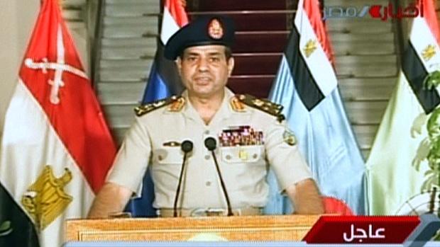 Imagem da  TV estatal egípcia mostra o ministro da Defesa, Abdelfatah al-Sissi fazendo pronunciamento após o anúncio da queda do presidente Mohamed Mursi, nesta quarta-feira (3)