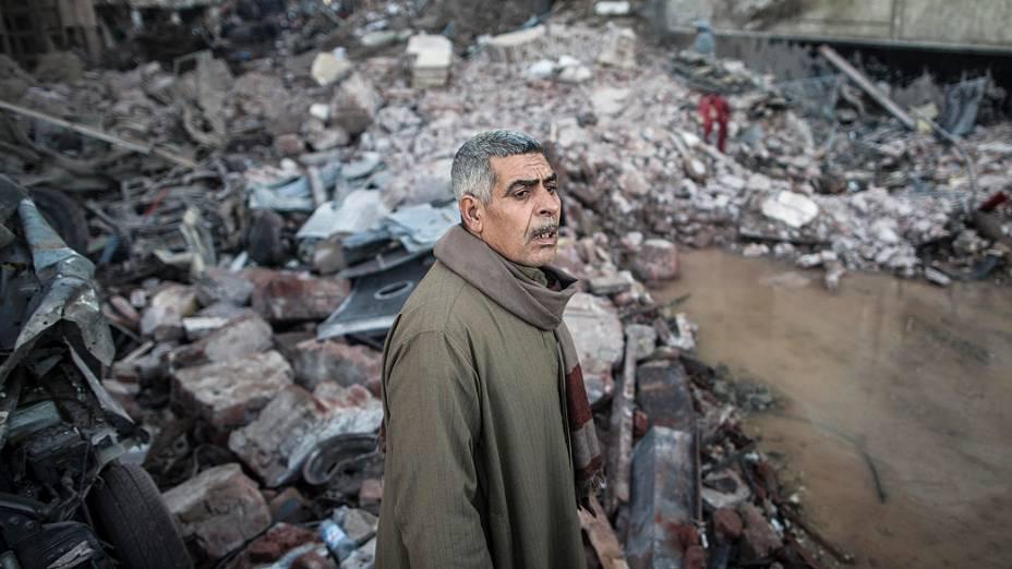 Homem fotografado em meio ao local onde uma bomba destruiu um prédio da polícia na cidade egípcia de Mansura, ao norte da cidade do Cairo - (24/12/2013)