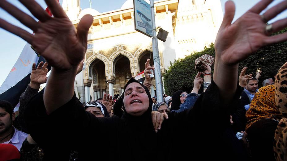 Mulher chora durante o funeral das vítimas da explosão de um carro-bomba em um edifício da polícia, perto da mesquita de Al Naser no Delta do Nilo, na cidade de Mansura, ao norte do Cairo - (24/12/2013)