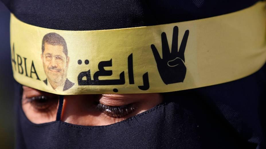 Apoiadora da Irmandade Muçulmana e do presidente deposto Mohamed Mursi, durante protesto contra o ministério militar e do interior, em frente a mesquita Al Rayyan, na periferia de Cairo - (27/12/2013)