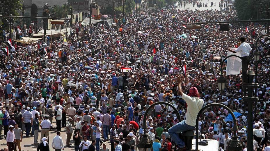 Partidários do presidente deposto egípcio Mohamed Mursi protestam em frente a mesquita Al-Fath, na praça Ramsés, no Cairo. Milhares de apoiantes de Mursi foram às ruas na sexta-feira (16), pedindo um Dia de Fúria para denunciar a agressão desta semana pelas forças de segurança contra manifestantes da Irmandade Muçulmana, matando milhares de pessoas