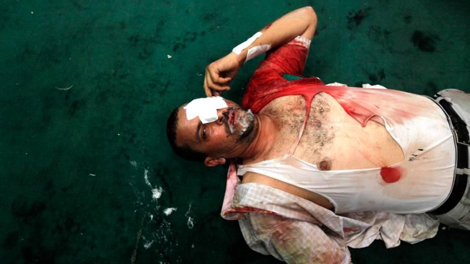 Partidário do presidente deposto Mursi, é socorrido em uma mesquita, no Cairo
