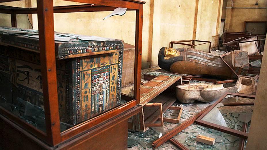 Objetos faraônicos quebrados no museu de antiguidades na cidade de Malawi no Egito