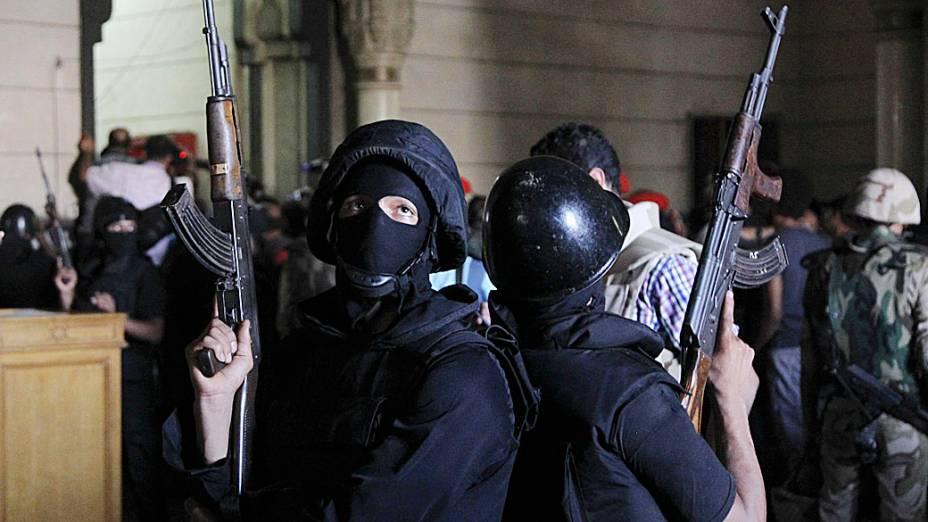 Policiais montam guarda na sala de al-Fath mesquita quando partidários do deposto presidente Mursi trocaram tiros com as forças de segurança dentro de mesquita no Cairo (17/08/2013)