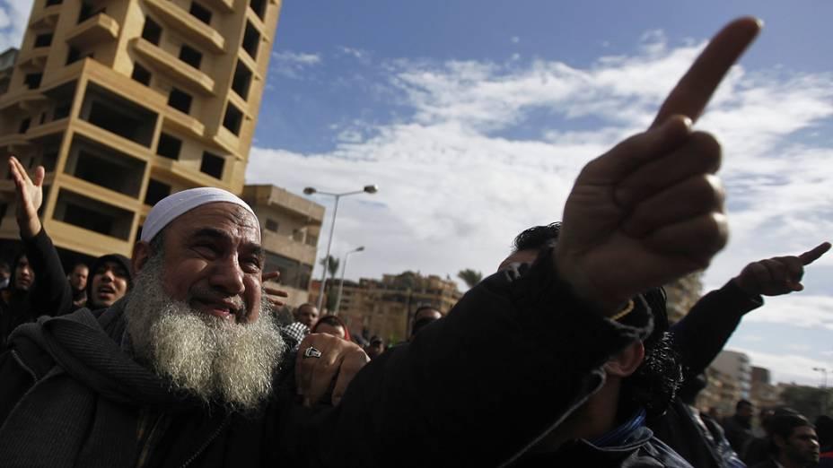 Manifestantes gritam palavras de ordem na cidade de Port Said, Egito