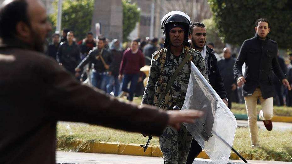 Soldado do exército egípcio tenta parar manifestantes em Port Said, Egito