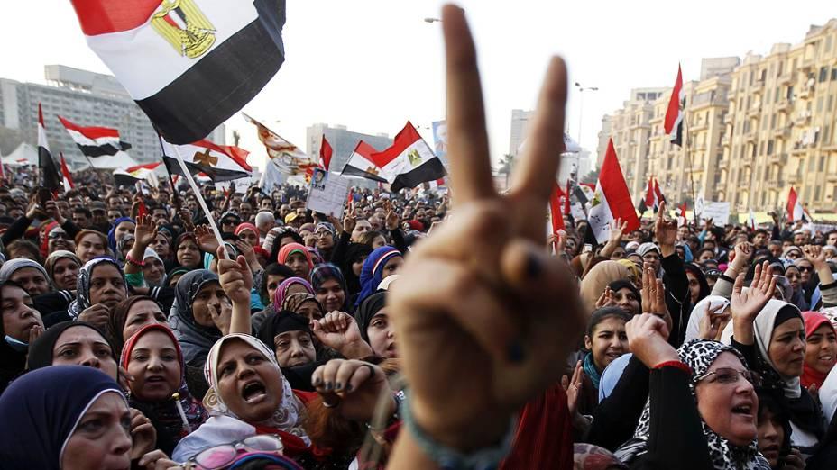 Mulheres gritam durante um protesto na praça Tahrir, no Cairo. Manifestantes entraram em confronto com a polícia em todo o Egito, nesta sexta feira (25)