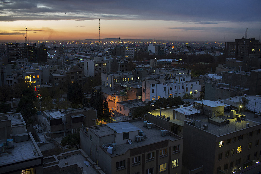 O sol nasce na cidade de Teerã, no Irã