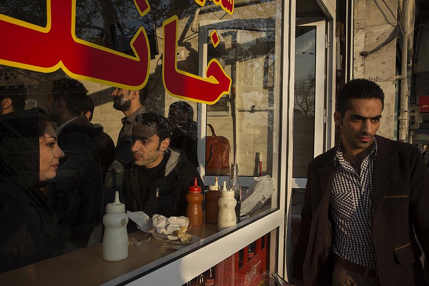 Clientes lotam um restaurante fast food na cidade de Teerã, no Irã