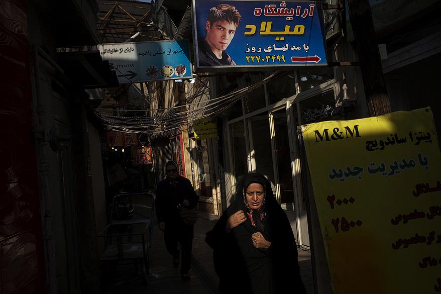 Mulher caminha em uma rua da cidade de Teerã, no Irã