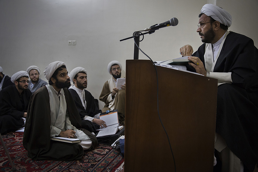 Religiosos assitem uma aula na universidade onde o Aiatolá Ruhollah Khomeini estudou, na cidade de Qom no Irã