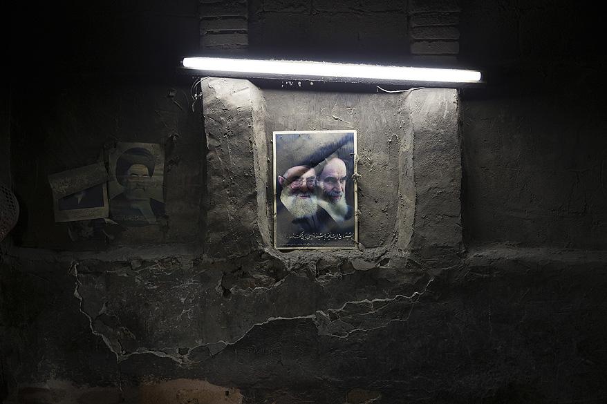 Um cartaz do Aiatolá Ruhollah Khomeini é pendurado em uma padaria na cidade de Qom, no Irã