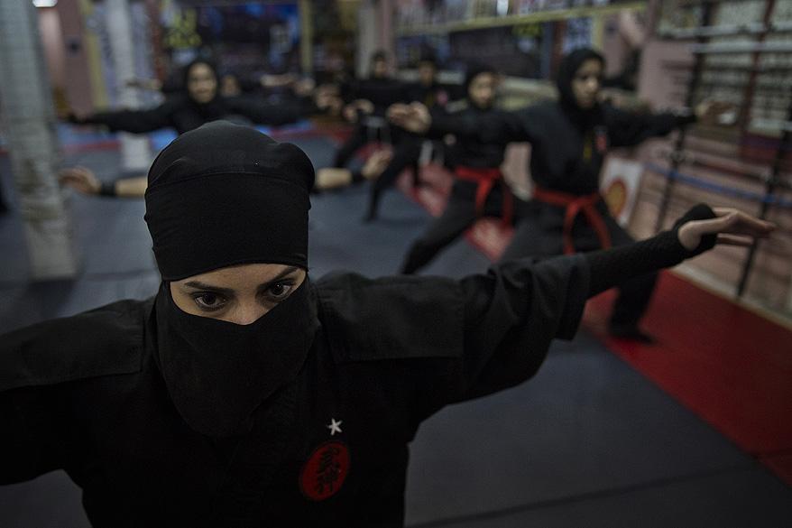 Mulheres praticam artes marciais em uma academia próxima à cidade de Teerã, no Irã
