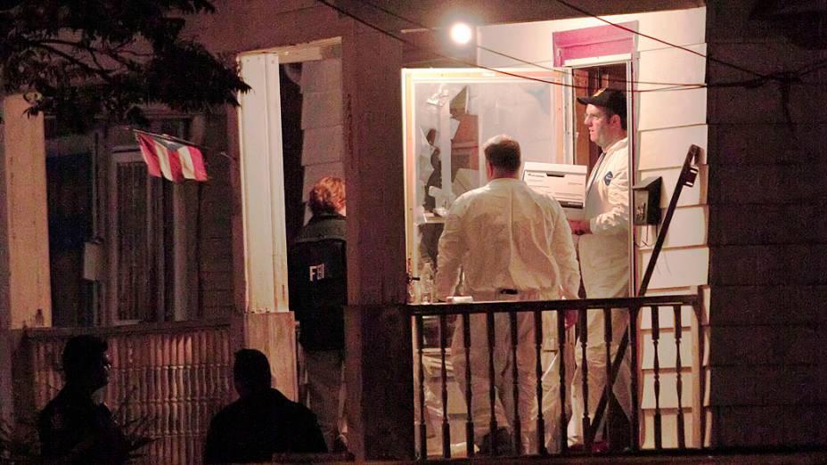 Agentes do FBI recolhem evidências da casa onde três mulheres que tinham desaparecido quando adolescentes há aproximadamente dez anos, e foram encontradas nesta terça, em Cleveland, Ohio