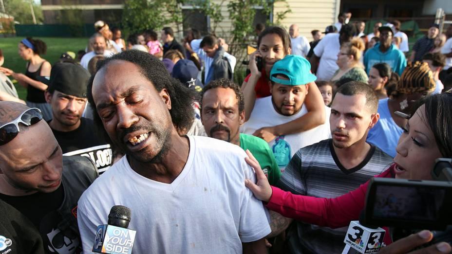 Vizinho Charles Ramsey, que ajudou Amanda Berry a escapar, fala com repórteres
