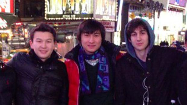 Suspeito do atentado a Maratona de Boston, Dzhokhar Tsarnaev posa com Azamat Tazhayakov e Dias Kadyrbayev em uma foto sem data tirada em Nova York
