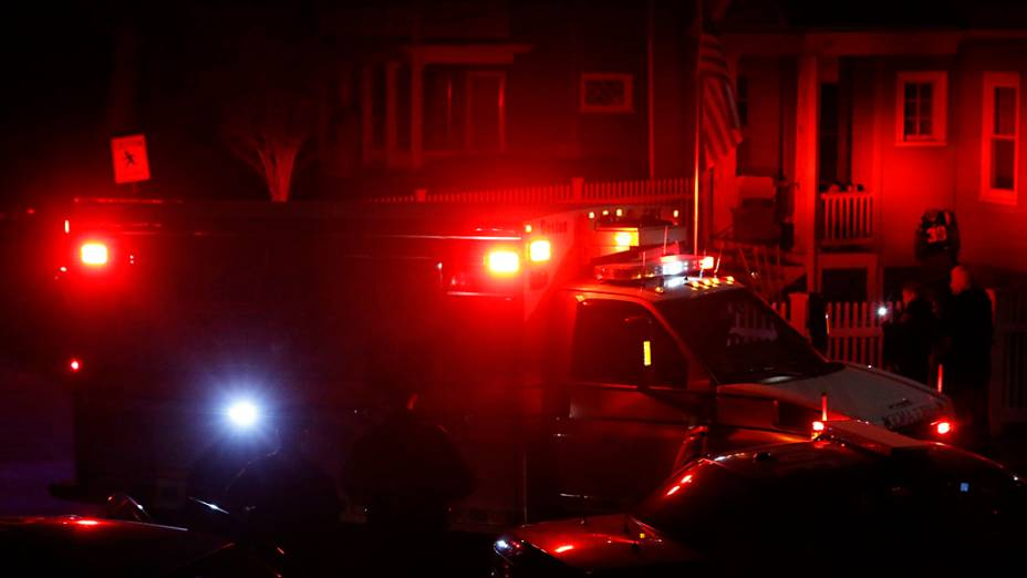 Ambulância deixa a Franklin Street, em Watertown com o suspeito Dzhokhar Tsarnaev sub custódia pela polícia