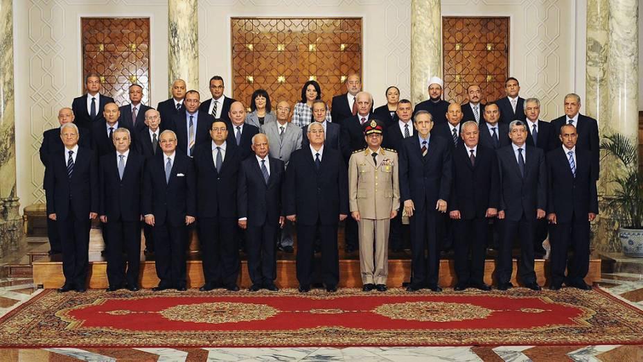 Presidente interino do Egito Adli Mansur posa com membros do novo governo no Cairo, nesta terça-feira (16)