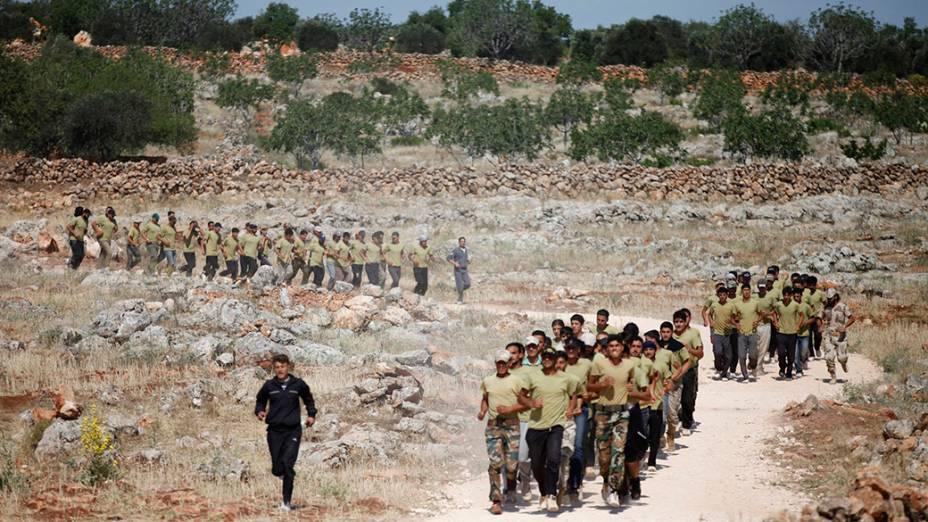Conflitos na Síria já duram mais de três anos. Na foto, soldados do exército nacional em treinamento no distrito de Idlib, noroeste do país