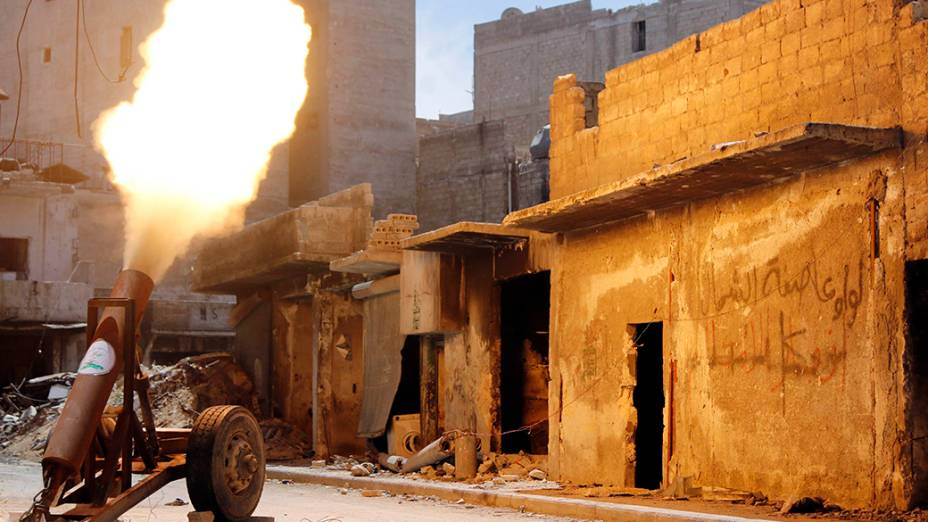 Combatentes do exército sírio disparam um foguete na cidade de Aleppo, norte do país. Os conflitos na Síria já duram mais de três anos