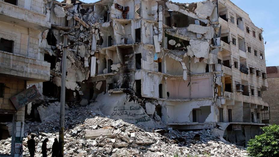Conflitos na Síria já duram mais de três anos, deixando mais de 162 mil mortos. Na foto, civis observam um prédio destruído na cidade de Aleppo, ao norte do país