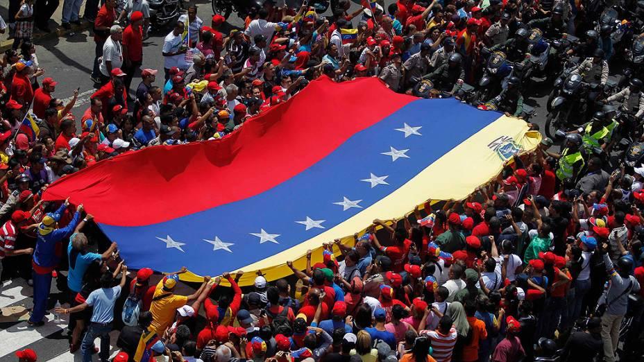 Milhares de pessoas acompanham cortejo fúnebre de Hugo Chávez pelas ruas da capital Caracas