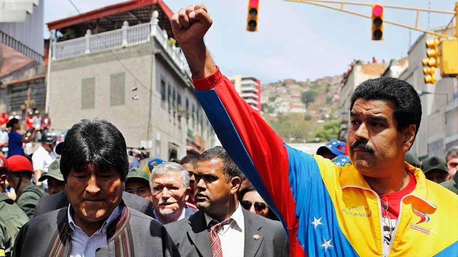 Vice-presidente venezuelano, Nicolas Maduro e presidente da Bolívia, Evo Morales andam na frente do veículo que transporta o caixão do falecido Hugo Chávez