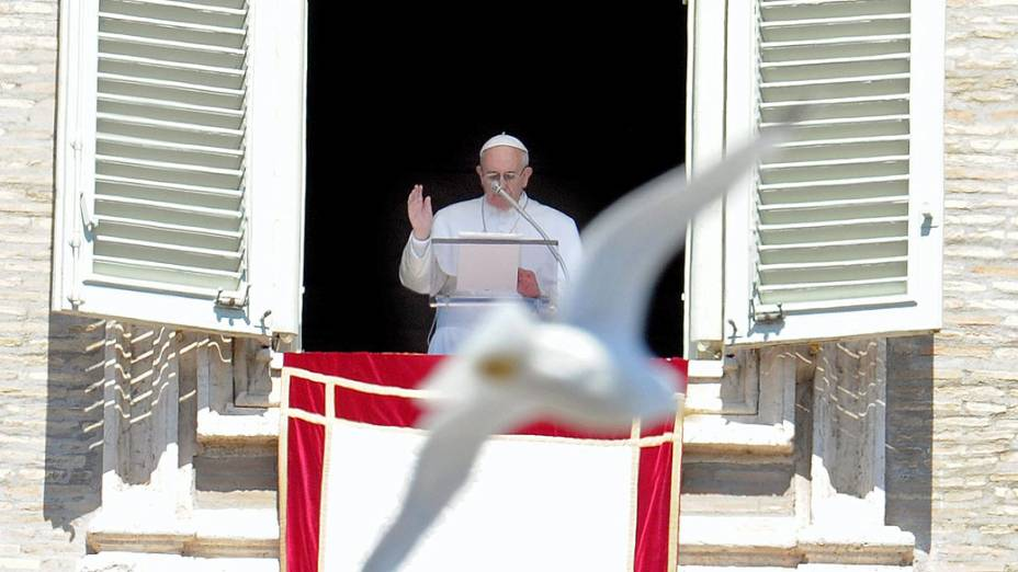 Gaivota sobrevoa a praça de São Pedro no Vaticano enquanto o papa Francisco faz a oração do Regina Coeli