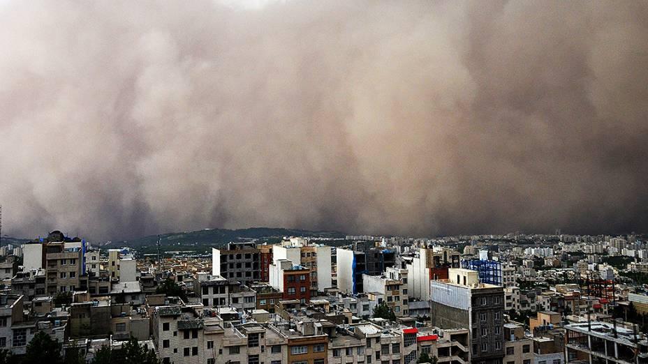 Tempestade de areia de grandes proporções se aproxima de Teerã, capital do Irã