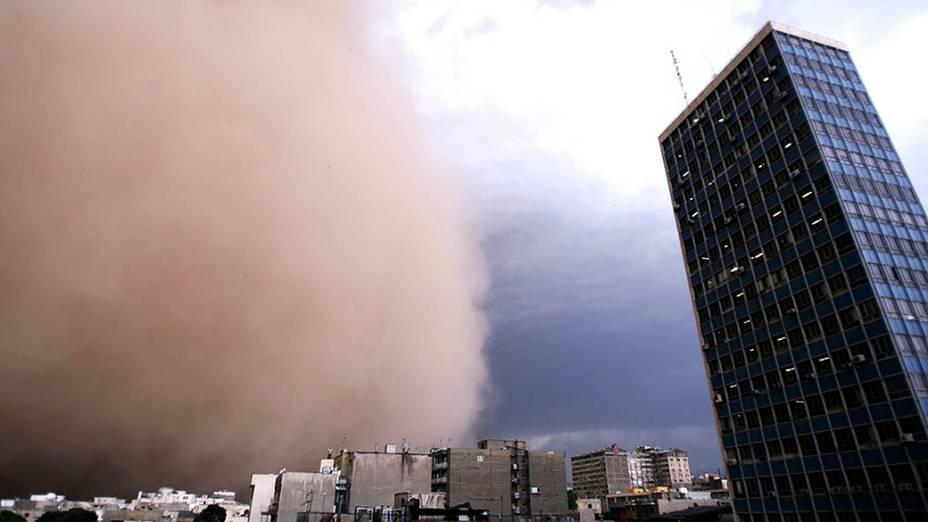 Tempestade de areia de grandes proporções atinge Teerã, capital do Irã