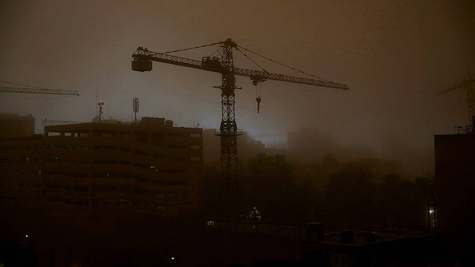 Teerã escurece durante a tempestade de areia que atingiu a capital iraniana
