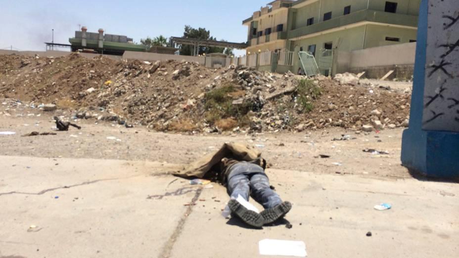 Corpo de um soldado iraquiano é fotografado em uma das ruas da cidade de Mosul, atacada pelos terroristas do EIIL
