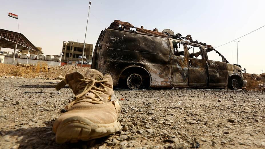 Veículo das autoridades iraquianas é queimado um dia depois de terroristas do EIIL atacarem a cidade de Baiji